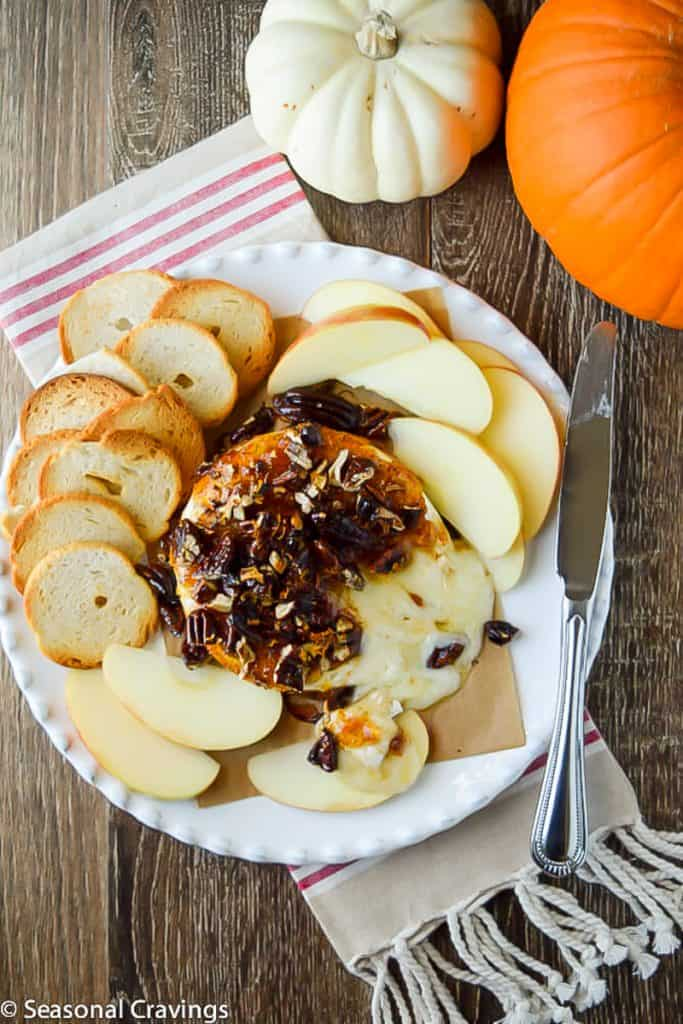 baked brie with crackers and apples